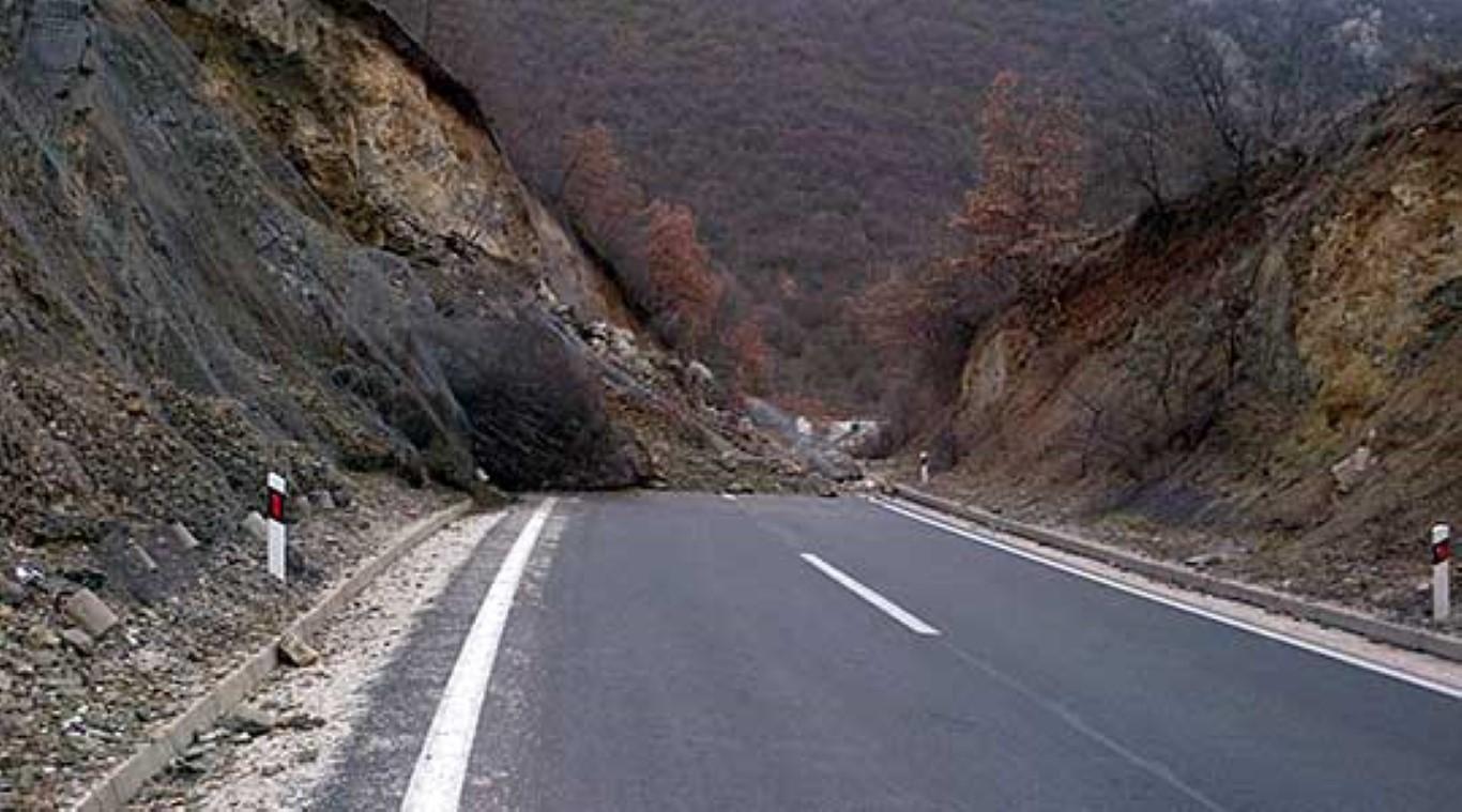 Голем одрон на патот Скопје - Велес: Сообраќајот е сѐ уште во прекин