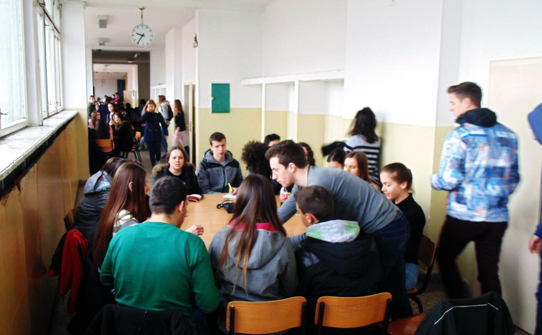 Трет ден бојкот во училиштата: Средношколците од две скопски гимназии избркани од училишниот двор
