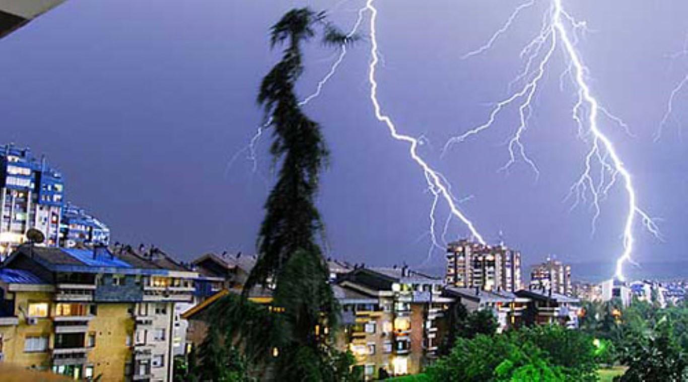 Силно невреме со пороен дожд и грмежи во Куманово и Пелагонија