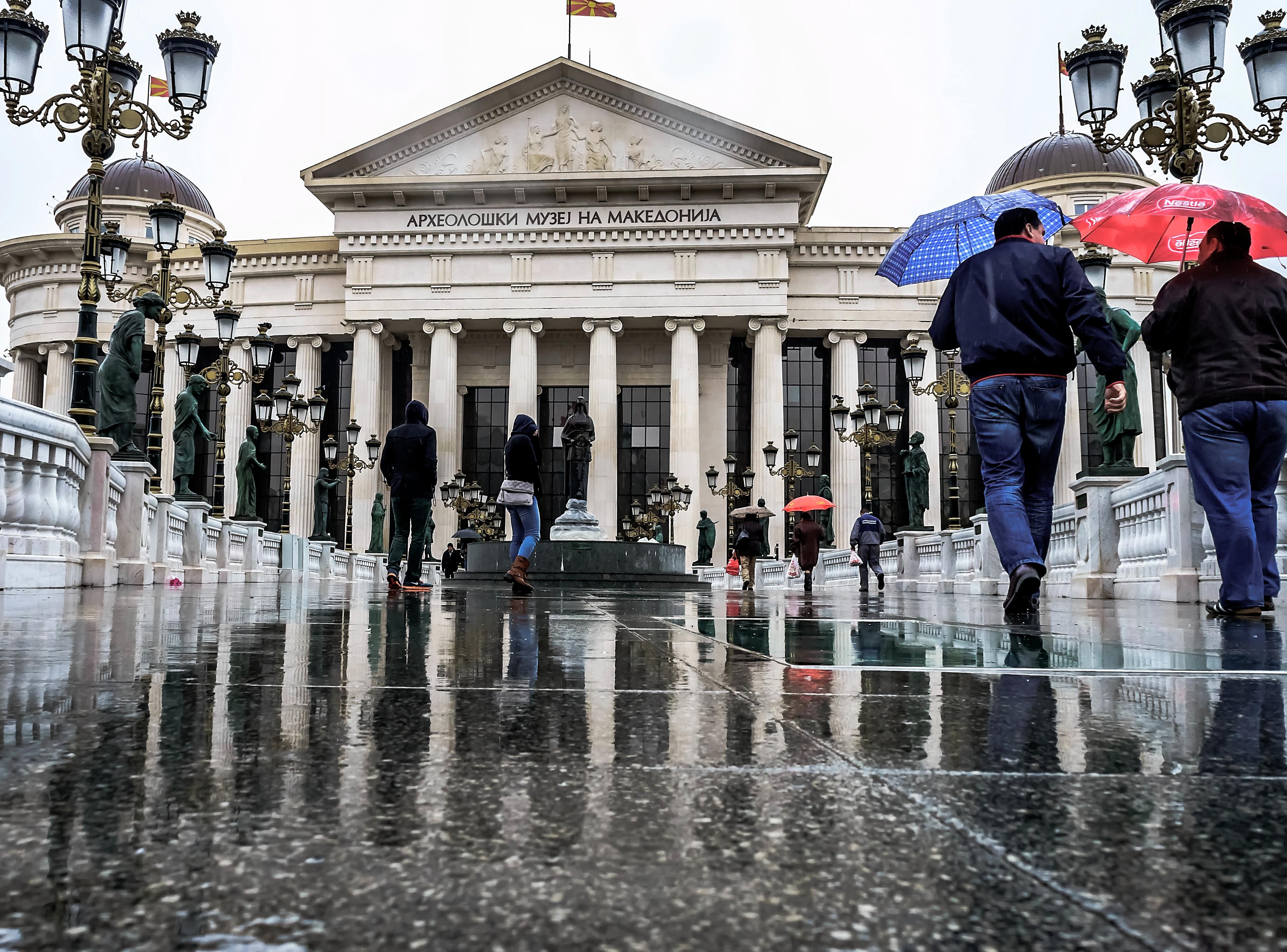 Времето денес: Нестабилно со пороен дожд, грмежи и засилен ветер