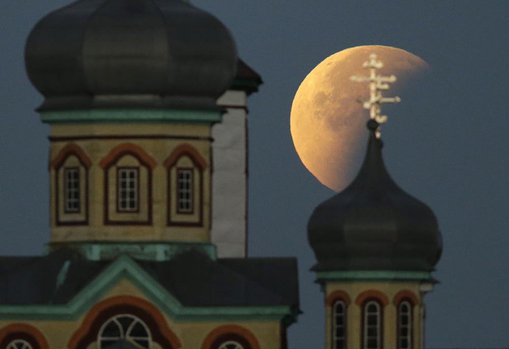 """ФОТОГАЛЕРИЈА: Погледнете како изгледаше затемнувањето на """"крвавата"""" месечина"""