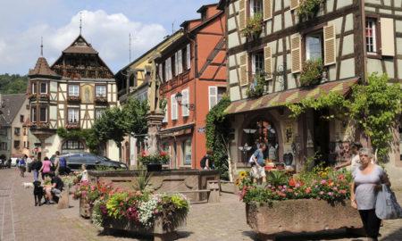 Зошто туристите толку многу го сакаат ова село во Франција?