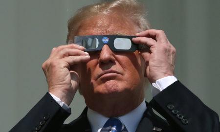 """ПРЕТСЕДАТЕЛСКА ЕКЛИПСА: Трамп постираше слика, како тој го """"помрачува"""" Обама"""